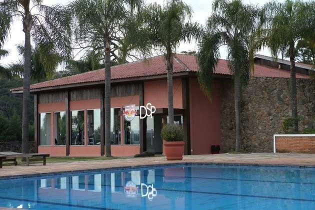 O local também conta com uma piscina para o aproveitamento dos jogadores.