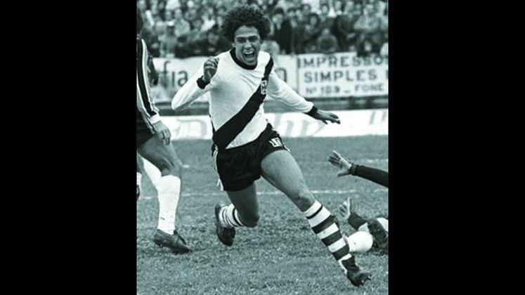 O maior artilheiro da história do Campeonato Brasileiro é Roberto Dinamite com 190 gols e uma enorme distância para o segundo colocado, o que evidencia o talento e o faro de gol do ex-jogador.