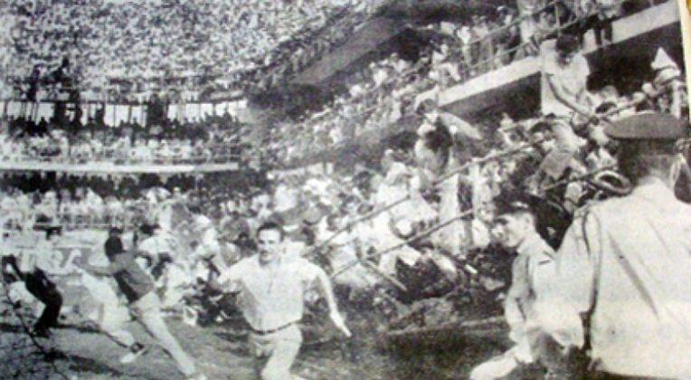 O maior público da Vila Belmiro foi em 20 de setembro de 1964, quando o estádio recebeu 32.986 pessoas para assistir o clássico Santos e Corinthians. Entretanto, com a superlotação, a estrutura de uma parte das arquibancadas do estádio ficou comprometida e desabou aos seis minutos do primeiro tempo, fazendo com que a partida fosse suspensa