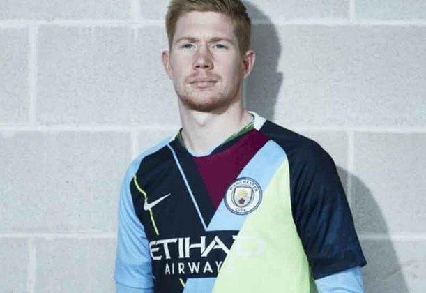 O Manchester City também lançou uma camisa com a união das três camisas da temporada, mas ficou bastante confusa e, literalmente, não deu certo.