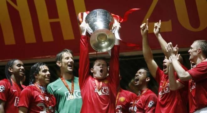 O Manchester United é o clube inglês que mais vezes chegou às quartas de final da Liga dos Campeões no século 21. Os Diabos Vermelhos atingiram esta fase nove vezes (2013/14; 2010/11; 2009/10; 2008/09; 2007/08; 2006/07; 2002/03; 2001/02 e 2000/01). Dentre elas, foram campeões em 2007/08 e vice em 2008/09 e em 2010/11. (Foto: Reprodução)