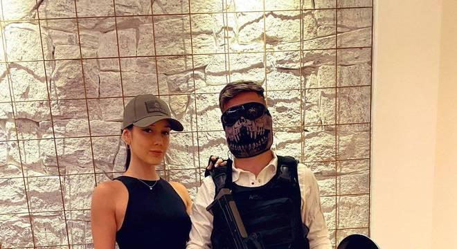 O meia Arrascaeta usou uma fantasia inspirada no jogo Free Fire, enquanto sua esposa se inspirou na personagem Lara Croft do jogo Tomb Raider.