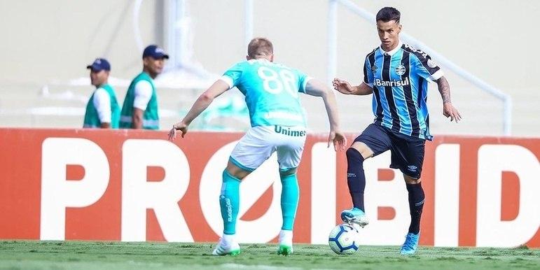 O meia-atacante Ferreira, revelação da base tricolor, decidiu entrar na justiça pedindo a rescisão do seu contrato com o clube. Além de pedir a rescisão com o Grêmio de forma liminar, o jogador ainda pede uma indenização no valor de R$ 70 mil.
