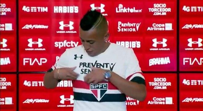 O meia Cueva chegou no São Paulo em 2016 já causando polêmica. Durante sua apresentação, o peruano colocou a camisa do Tricolor, mas errou o lugar do símbolo na hora da fotografia oficial. O fato não passou despercebido e foi motivo de piadas