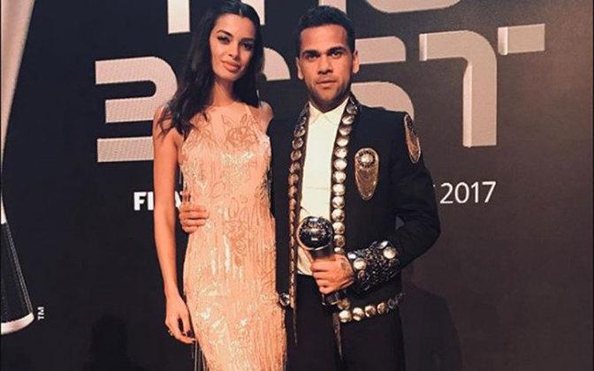 O meia Daniel Alves é o primeiro na lista de craques que gosta de se vestir bem. O craque do São Paulo possui uma coleção inusitada de ternos