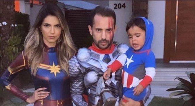 O meia Everton Ribeiro chegou à festa vestido de Thor e sua esposa de Capitã Marvel. Mas ele aprontou uma surpresinha.