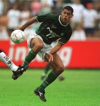 O meia Lopes foi pego em exame antidoping por uso de cocaína no início de sua carreira, no ano de 2000, quando atuava pelo Palmeiras. Ele ainda fugiria da concentração e de treinos em algumas oportunidades, não conseguindo repetir o sucesso prometido em outros grandes clubes, como Flamengo, Santos, Atlético-MG e Cruzeiro.