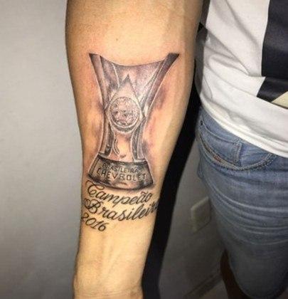 O meia Moisés tatuou o troféu do Campeonato Brasileiro de 2016, conquistado com o Palmeiras