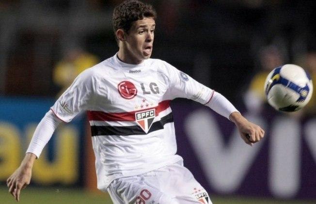 O meia Oscar estreou pelo São Paulo aos 16 anos e 352 dias, contra o Atlético-PR, pela Copa Sul-Americana de 2008. Foi titular da Seleção na Copa de 2014 e passou pelo Chelsea. Atualmente, joga no futebol chinês.