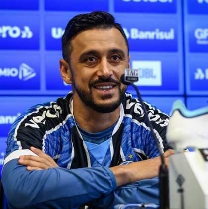 O meia Robinho joga no Grêmio.