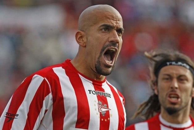 O meio-campista Verón, ídolo argentino, se aposentou em 2012 após uma lesão pelo Estudiantes. No entanto, em 2017, no alto de seus 41 anos, largou a presidência do clube e voltou a campo para disputar a Libertadores.