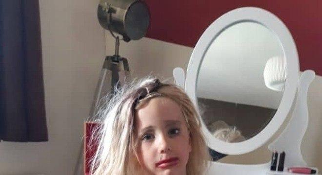 O menino Charlie com maquiagem e peruca