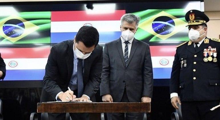 O ministro Anderson Torres assinou acordos com o ministro do Interior do Paraguai, Arnaldo Giuzzio