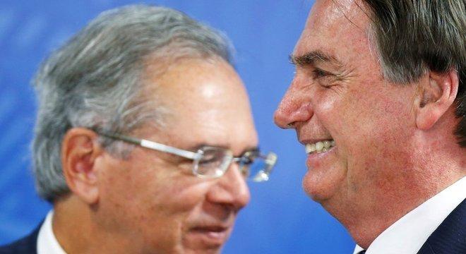O ministro da Economia, Paulo Guedes, e o presidente Jair Bolsonaro; governo prevê que reforma gere ganhos de R$ 1 trilhão em dez anos, mas instituto ligado ao Senado prevê economia menor