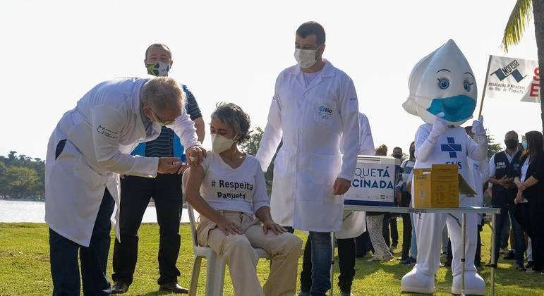 O ministro da Saúde Marcelo Queiroga aplica vacina em Paquetá neste domingo (20)