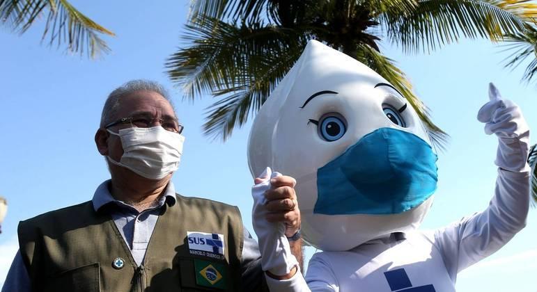 """Queiroga participa da campanha """"PaqueTá Vacinada"""", na Ilha de Paquetá, com a Maria Gotinha"""