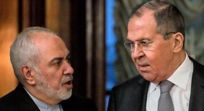Ministro russo Sergei Lavrov (à dir.) encontra ministro iraniano Mohammad Zarif