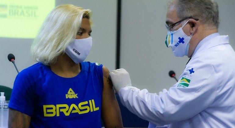 Queiroga vacina a nadadora Ana Marcela Cunha e outros atletas que vão à Olimpíada