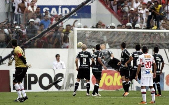 O Mito bateu a falta com perfeição, mandando a bola por cima barreira, acertando o ângulo do goleiro Júlio Cesar, sem chances para a defesa.
