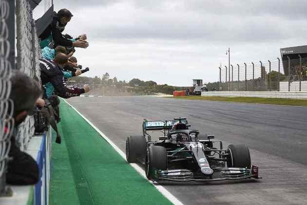O momento da glória: Lewis Hamilton tornou-se, em Portimão, o maior vencedor de todos os tempos