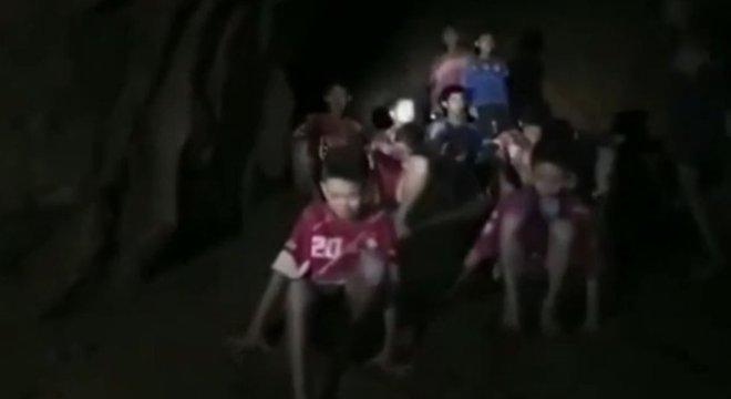 O momento em que mergulhadores encontram meninos presos em caverna na Tailândia