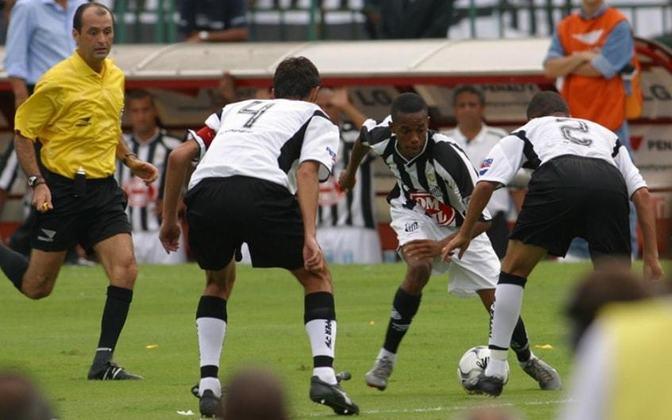 """O momento que imortalizou Robinho na história do Santos FC aconteceu no jogo de volta do Campeonato Brasileiro de 2002, onde o Santos venceu o Corinthians por 3 a 2, no Morumbi. O Peixe já havia vencido por 2 a 0 a partida de ida, no mesmo estádio, e poderia perder por até um gol de diferença para vencer a competição. No entanto, Robinho roubou a cena e abriu o placar convertendo um pênalti que o próprio sofrer após partir pra cima do lateral-direito corintiano, Rogério, aplicar oito pedaladas e ser derrubado na área. O lance o imortalizou como o """"Rei das Pedaladas"""". Naquela partida, Robinho ainda fez os defensores do clube do Parque São Jorge dançarem antes de dar a assistência para o terceiro gol."""