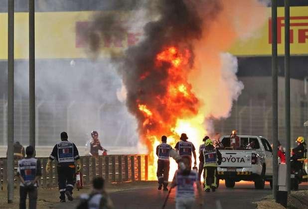 O mundo da F1 tomou um susto com a explosão da Haas de Romain Grosjean no Bahrein. Veja as fotos: (Por GRANDE PRÊMIO)