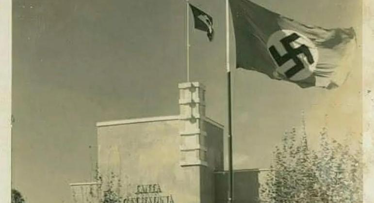 Bandeira Nazista hasteada junto da bandeira brasileira na sede do governo distrital de Santa Catarina, em 1934
