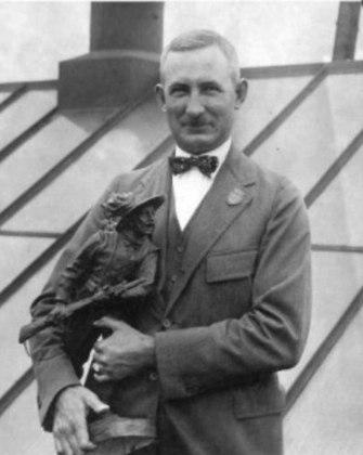 O norte-americano Carl Osburn arrebatou 11 de medalhas olímpicas no tiro, sendo cinco de ouro, quatro de prata e duas de bronze entre os Jogos de 1912, em Estocolmo, e 1920, na Antuérpia.