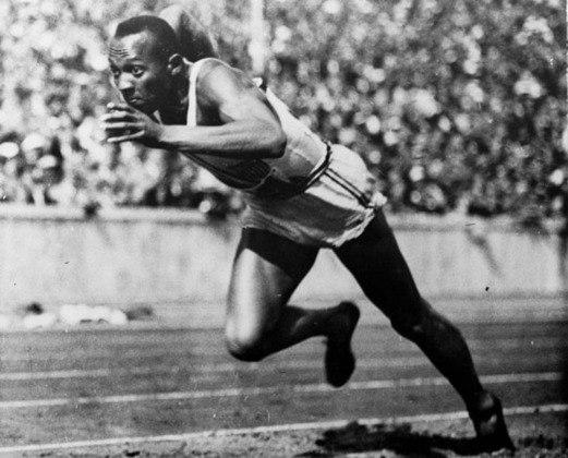 O norte-americano Jesse Owens tornou-se uma lenda olímpica nos Jogos de 1936, em Berlim. Conquistou quatro medalhas de ouro no atletismo nos controversos Jogos na Alemanha nazista