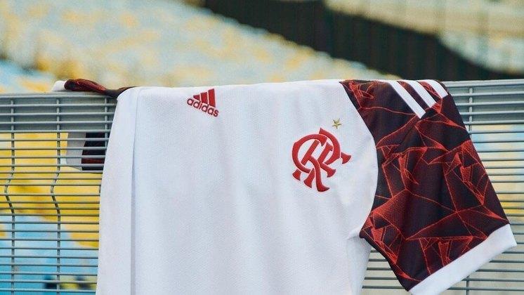 O ombro e as mangas têm detalhes rubro-negros com origâmis em referência à final contra o Liverpool, no estádio nacional de Tóquio, no Japão