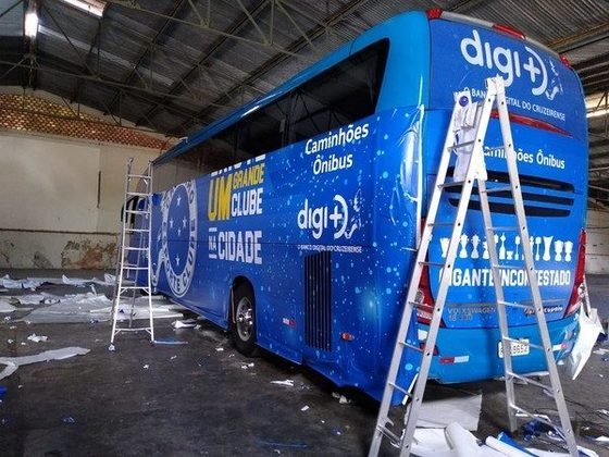 O ônibus do Cruzeiro, inteiramente azul, passou por uma mudança de plotagem no início deste ano.