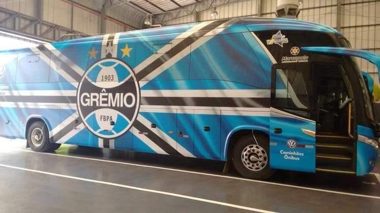 O ônibus do Grêmio é tricolor: preto, branco e azul, em sua maior parte.