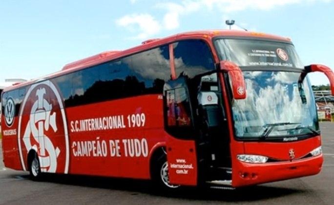O ônibus do Internacional costuma ser todo vermelho e trazer o símbolo do clube na lateral.
