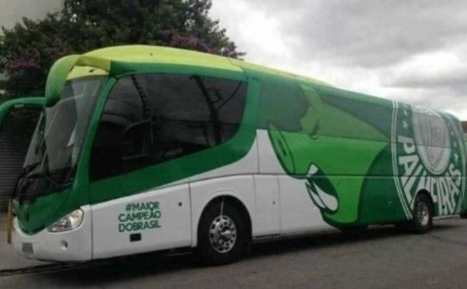 O ônibus do Palmeiras sempre leva as cores do clube, verde e branco, e também traz o periquito, seu mascote, ou o Gobatto, o porco que é seu outro mascote.