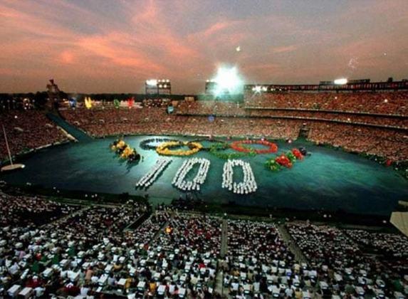 O país que mais vezes recebeu os Jogos Olímpicos de Verão são os Estados Unidos. Foram quatro edições nos EUA: 1904 (Saint Louis), 1932 (Los Angeles), 1984 (Los Angeles) e 1996 (Atlanta - foto)
