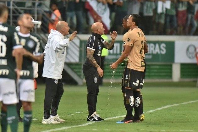 O Palmeiras enfrenta o Atlético-MG de Jorge Sampaoli nesta segunda-feira (2). Esta partida marcará o reencontro do Verdão com o argentino que foi o principal alvo da diretoria palestrina em 2019 para o cargo de treinador, após a demissão de Mano Menezes, mas recusou a oferta. De lá para cá, muita coisa aconteceu e, nos últimos dias, o Alviverde Imponente anunciou um outro estrangeiro como seu novo técnico: Abel Ferreira. O LANCE!/NOSSO PALESTRA relembra como foram os meses entre a recusa de um gringo e o anúncio de outro. (Por Nosso Palestra)