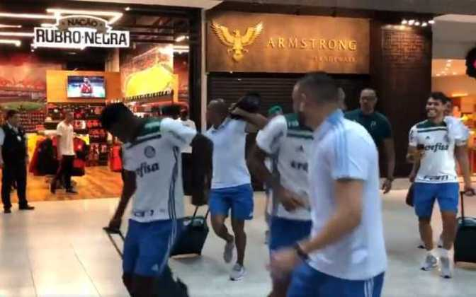 O Palmeiras garantiu o Brasileiro de 2018 ao vencer o Vasco no Rio de Janeiro e, no aeroporto carioca, os jogadores provocaram em frente a uma loja oficial do Flamengo. Jailson se aproximou com aparelho tocando o funk do título, Borja gritou
