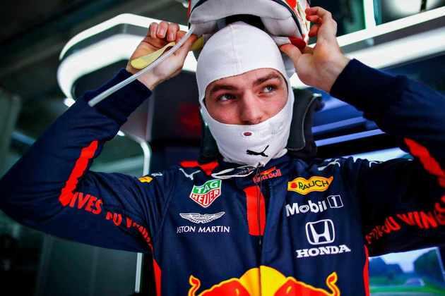 O piloto da Red Bull perseguia Lewis Hamilton quando teve um furo no pneu traseir