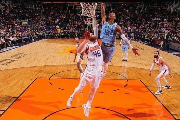 """O pivô Aron Baynes ainda não está com o elenco do Phoenix Suns em Orlando e por um bom motivo: ele revelou ter sido diagnosticado com o coronavírus e ainda não ter tido os dois resultados negativos seguidos necessários para poder entrar na """"bolha""""."""