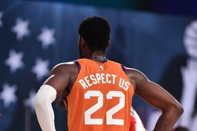 O pivô Deandre Ayton (Phoenix Suns) saiu de quadra com um duplo-duplo ao somar 24 pontos e 12 rebotes no triunfo sobre o Washington Wizards. O segundanista acertou 11 dos 14 arremessos tentados, sendo dois em três de três pontos. Até o jogo de sexta-feira, Ayton havia arremessado apenas sete vezes de longa distância na carreira, errando todas