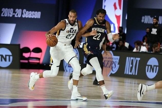 O pivô Rudy Gobert (Utah Jazz) acertou dois lances livres restando 6.9 segundos para o fim, dando a vitória ao seu time por 106 a 104 sobre o New Orleans Pelicans. O francês, marcado por ter sido o primeiro jogador diagnosticado com coronavírus na NBA, obteve 14 pontos, 13 rebotes e três bloqueios