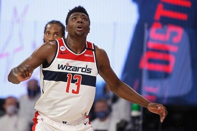 """O pivô Thomas Bryant não terá uma mensagem social nas costas de sua camisa nos jogos do Washington Wizards na """"bolha"""", mas não porque não quisesse. Na verdade, ele admitiu que reapresentou-se atrasado e perdeu o prazo da NBA para submeter seu pedido de mudança. Acontece, né?"""