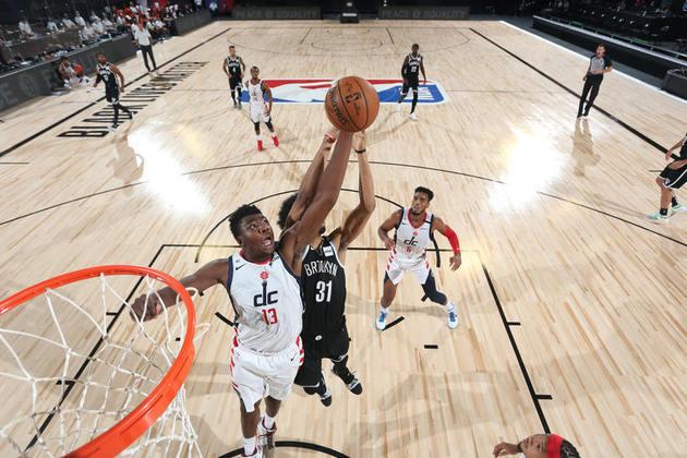 O pivô Thomas Bryant (Washington Wizards) fez sua melhor partida da temporada ao somar 30 pontos e 13 rebotes neste domingo. Entretanto, o Wizards perdeu o segundo jogo na fase em Orlando e viu as chances de a equipe disputar o play-in diminuírem bastante, já que era um confronto direto pela última vaga aos playoffs