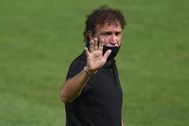 O presidente Andrés Rueda confirmou oficialmente a saída de Cuca do comando do Santos após o Brasileirão. O treinador tem até o momento 40 jogos no clube na atual passagem, com 15 vitórias, 13 empates e 12 derrotas. A trajetória teve altos (Tops) e baixos (Flops). Confira alguns.