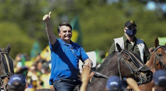 O presidente Bolsonaro em cavalo da PM na frente do Palácio do Planalto, durante manifestação