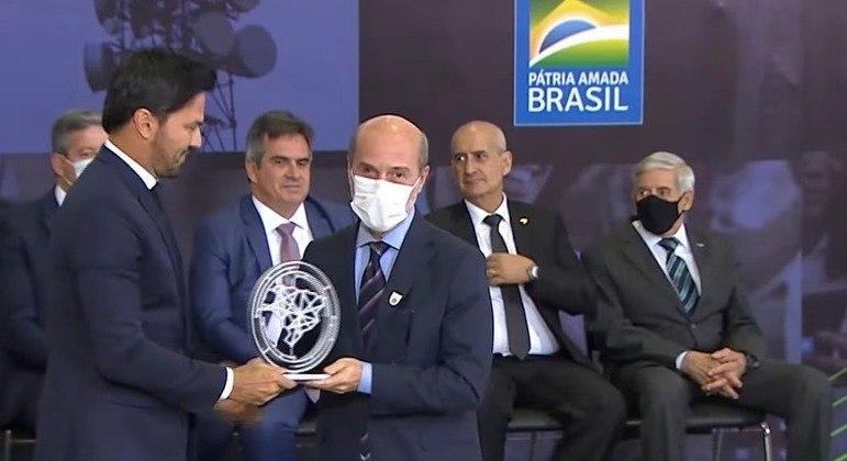 O presidente da Abratel (Associação Brasileira de Rádio e Televisão), Márcio Novaes, recebe premiação no Palácio do Planalto