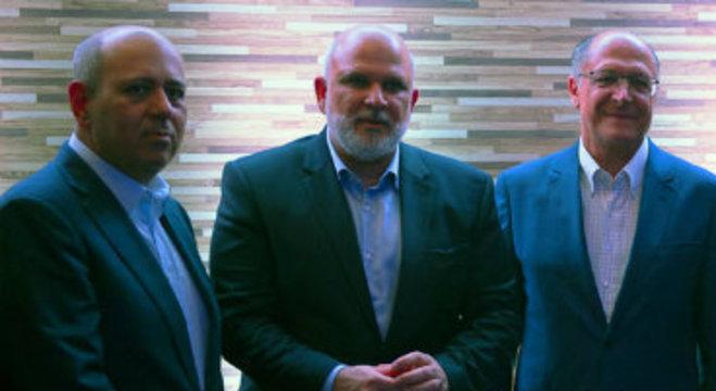 O presidente da Record TV, Luiz Cláudio da Silva Costa, com o CEO da emissora, Marcus Vinícius Vieira, e o governador Geraldo Alckmin