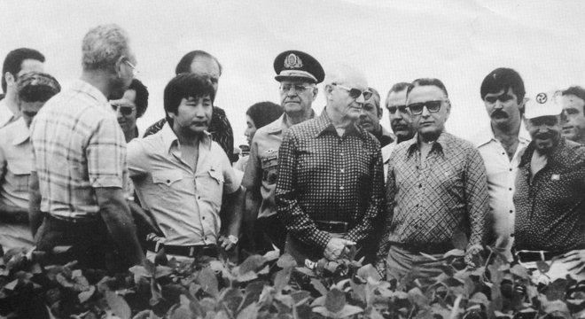 O presidente Ernesto Geisel visita uma lavoura em Minas Gerais em meio a projeto de exploração do Cerrado