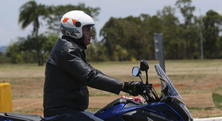 Bolsonaro fez passeio de moto em Formosa (GO) nesta quinta (3): novas críticas à política do 'fica em casa'
